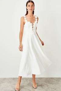 Sukienka Trendyol z dekoltem w kształcie litery v rozkloszowana na ramiączkach