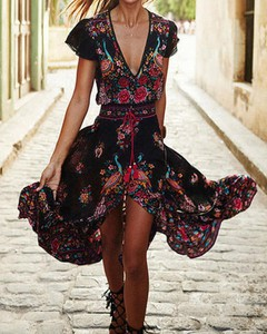 Sukienka Kendallme z krótkim rękawem z dekoltem w kształcie litery v midi