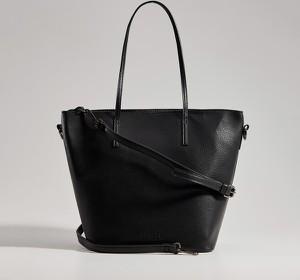Czarna torebka Mohito na ramię w wakacyjnym stylu matowa