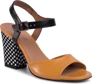 Żółte sandały Lasocki z klamrami w stylu casual