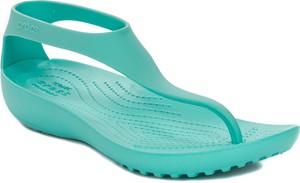 Niebieskie sandały Crocs z płaską podeszwą w sportowym stylu