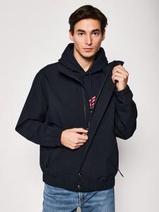 Czarna kurtka Tommy Hilfiger w młodzieżowym stylu