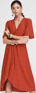 Czerwona sukienka Reserved z żakardu kopertowa z dekoltem w kształcie litery v
