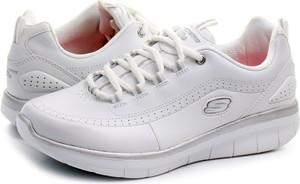 Szare buty sportowe skechers z płaską podeszwą