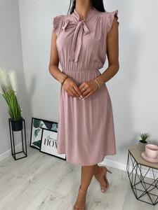 Różowa sukienka ModnaKiecka.pl z dekoltem w kształcie litery v z krótkim rękawem trapezowa