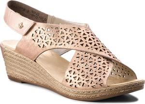 Różowe sandały Rieker w stylu casual na koturnie z klamrami