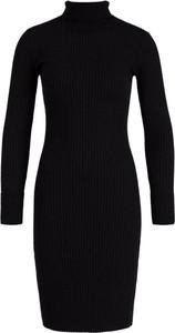 Czarna sukienka Guess w stylu casual dopasowana z golfem