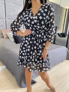 Czarna sukienka ModnaKiecka.pl z dekoltem w kształcie litery v mini z długim rękawem