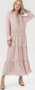 Różowa sukienka born2be trapezowa z długim rękawem maxi