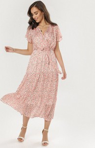 Różowa sukienka born2be z dekoltem w kształcie litery v z krótkim rękawem w stylu casual