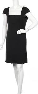 Czarna sukienka Apart z okrągłym dekoltem z krótkim rękawem mini