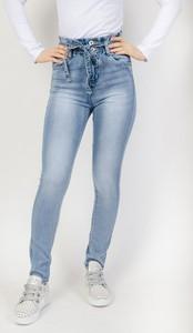 Niebieskie jeansy Olika w street stylu