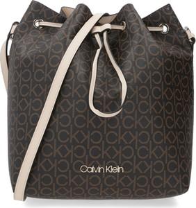 Brązowa torebka Calvin Klein na ramię w wakacyjnym stylu