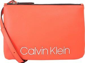 Pomarańczowa torebka Calvin Klein w młodzieżowym stylu ze skóry średnia