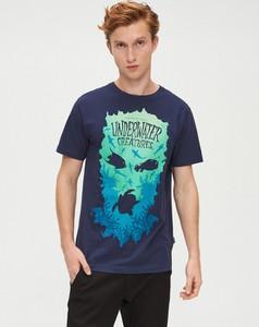 Granatowy t-shirt Cropp z krótkim rękawem z nadrukiem