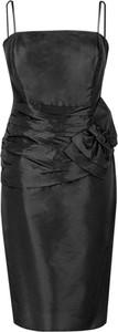 Czarna sukienka Fokus z okrągłym dekoltem dopasowana