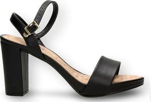 Czarne sandały Beira Rio na obcasie z klamrami na średnim obcasie