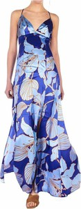 Niebieska sukienka Guess z dekoltem w kształcie litery v na ramiączkach maxi