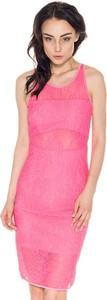 Różowa sukienka Guess ołówkowa z okrągłym dekoltem
