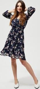 Sukienka Moodo rozkloszowana z długim rękawem
