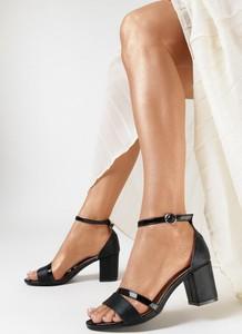 Czarne sandały born2be na średnim obcasie na słupku