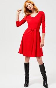 Czerwona sukienka Moodo w stylu casual z długim rękawem rozkloszowana
