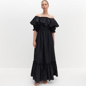 Sukienka Reserved maxi z odkrytymi ramionami