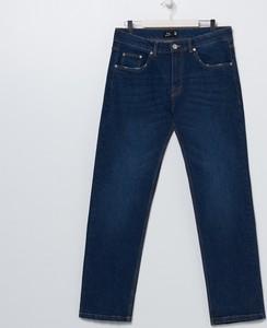 Granatowe jeansy Sinsay w street stylu