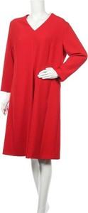 Czerwona sukienka Riani z dekoltem w kształcie litery v midi