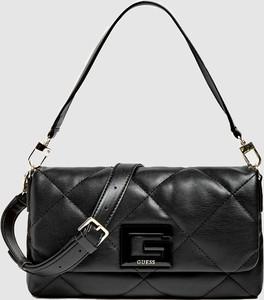 Czarna torebka Guess w stylu glamour pikowana na ramię