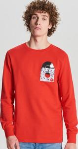 Czerwona bluza Cropp z nadrukiem w młodzieżowym stylu