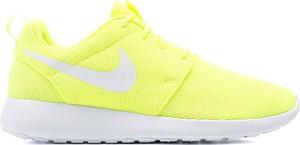 Żółte buty sportowe Nike sznurowane w sportowym stylu roshe