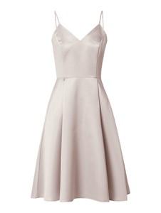 Różowa sukienka Swing z dekoltem w kształcie litery v z satyny na ramiączkach
