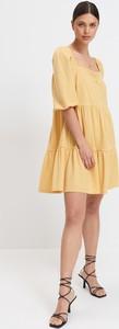 Żółta sukienka Mohito w stylu casual z dekoltem w kształcie litery v