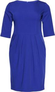 Niebieska sukienka modneduzerozmiary.pl z długim rękawem bombka midi