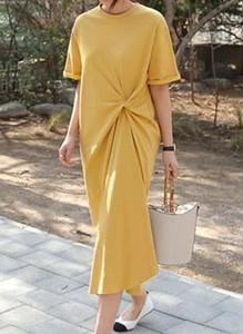 Żółta sukienka Arilook w stylu casual