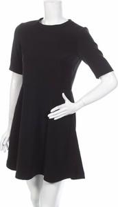 Czarna sukienka Calvin Klein z okrągłym dekoltem