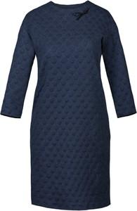 Granatowa sukienka Fokus z długim rękawem midi w rockowym stylu