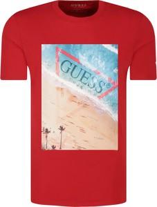 T-shirt Guess z nadrukiem w młodzieżowym stylu