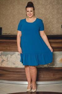 Niebieska sukienka KARKO z okrągłym dekoltem dla puszystych z krótkim rękawem