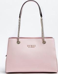 Różowa torebka Guess ze skóry na ramię