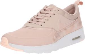 Różowe buty sportowe Nike Sportswear na platformie w sportowym stylu