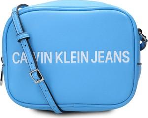 Torebka Calvin Klein w młodzieżowym stylu średnia
