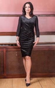 Czarna sukienka kaskada dopasowana z długim rękawem na bal