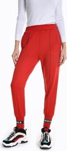 Czerwone spodnie sportowe Gate z dresówki w sportowym stylu