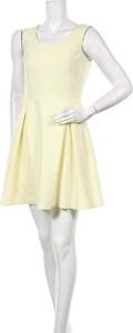 Żółta sukienka MOE z okrągłym dekoltem