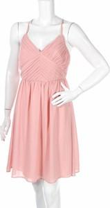 Różowa sukienka Miss Parisienne z dekoltem w kształcie litery v rozkloszowana na ramiączkach