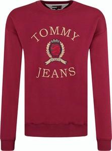 Czerwona bluza Tommy Hilfiger w młodzieżowym stylu