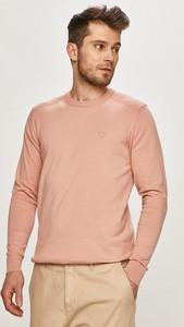 Różowy sweter Guess w stylu casual z okrągłym dekoltem