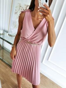 Różowa sukienka Perfe kopertowa mini